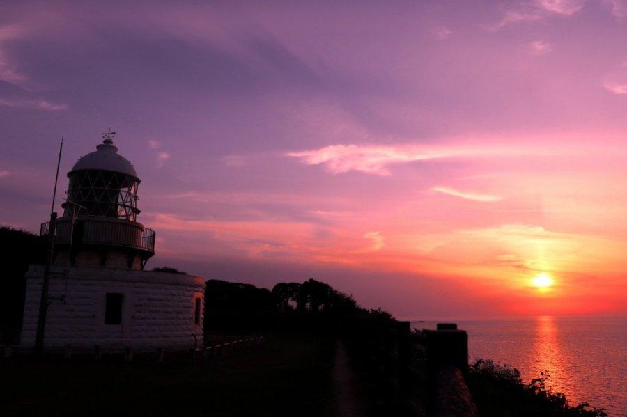 禄剛埼灯台と夕日